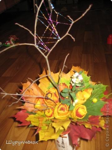 Розы из кленовых листьев, паутинка из меланжевого металлизированного мулине мадейра, божья коровка, пара веточек. фото 3