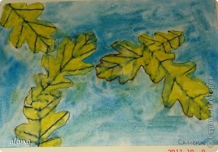 """""""Листья желтые над городом кружатся, с тихим шорохом к нам под ноги ложатся..."""" На урок ребята принесли несколько понравившихся листьев. После вводной беседы им нужно было выбрать один. Этот лист надо было расположить на листе и обвести карандашом по контуру несколько раз при условии, что листья меняют свое положение,  фото 4"""
