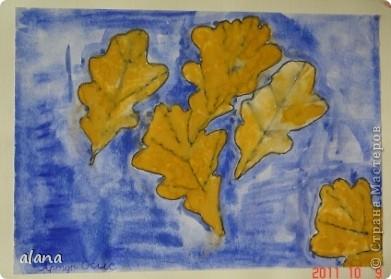 """""""Листья желтые над городом кружатся, с тихим шорохом к нам под ноги ложатся..."""" На урок ребята принесли несколько понравившихся листьев. После вводной беседы им нужно было выбрать один. Этот лист надо было расположить на листе и обвести карандашом по контуру несколько раз при условии, что листья меняют свое положение,  фото 5"""