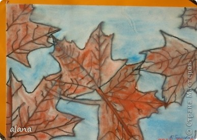 """""""Листья желтые над городом кружатся, с тихим шорохом к нам под ноги ложатся..."""" На урок ребята принесли несколько понравившихся листьев. После вводной беседы им нужно было выбрать один. Этот лист надо было расположить на листе и обвести карандашом по контуру несколько раз при условии, что листья меняют свое положение,  фото 3"""