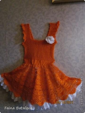 вот такое платьице я связала своей внучке, это моя вторая крупная вещь крючком. Идея взята с Осинок, цвет ниток отТаши Подаковой, а все остальное у всех понемногу, вязала на даче. фото 2