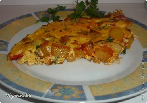 """Добрый вечер, дорогие форумчане!!! Выкладываю рецепт  быстрого и сытного завтрака """"Картофельно-овощная тортилья"""" с кулинарного форума """"Готовим дома"""" от oldeg  Ингридиенты:1 большая картошка, 1 болгарский перец 1 яйцо, 6 ст. л. молока, зеленый лук, зелень, соль, перец, красная сладкая паприка Картошку и перец нарезать кубиками. В сковородке разогреть 1-2 ст. л. масла. Обжарить картошку в течении 7-10 минут со всех сторон. Добавить перец, зеленый лук и жарить еще минут 5. В это время смешать яйцо, молоко, соль, перец, паприку. Залить смесью картошку с перцем и томить на небольшом огне под крышкой 5 минут."""