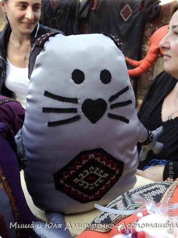 Тбилисобо - это неделя в октябре месяце, посвященная дню города Тбилиси. Вчера и мы побывали там, где его проводят. Детские аттракционы, катание на лошадях,шашлыки, концерт под открытым небом, выставка-продажа, море туристов. Все это - Тбилисобо. Первую часть фоторепортажа я посвящаю позитивчикам из праздника ))) Вот, например такие простенькие игрушки. Но отметьте - каждая с национальным орнаментом! фото 1