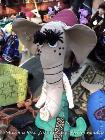 Тбилисобо - это неделя в октябре месяце, посвященная дню города Тбилиси. Вчера и мы побывали там, где его проводят. Детские аттракционы, катание на лошадях,шашлыки, концерт под открытым небом, выставка-продажа, море туристов. Все это - Тбилисобо. Первую часть фоторепортажа я посвящаю позитивчикам из праздника ))) Вот, например такие простенькие игрушки. Но отметьте - каждая с национальным орнаментом! фото 12