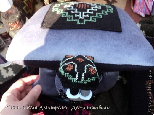 Тбилисобо - это неделя в октябре месяце, посвященная дню города Тбилиси. Вчера и мы побывали там, где его проводят. Детские аттракционы, катание на лошадях,шашлыки, концерт под открытым небом, выставка-продажа, море туристов. Все это - Тбилисобо. Первую часть фоторепортажа я посвящаю позитивчикам из праздника ))) Вот, например такие простенькие игрушки. Но отметьте - каждая с национальным орнаментом! фото 6