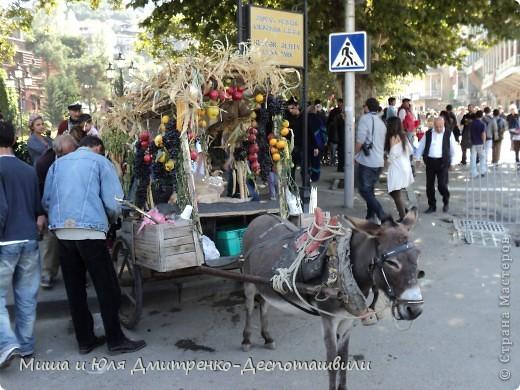 Тбилисобо - это неделя в октябре месяце, посвященная дню города Тбилиси. Вчера и мы побывали там, где его проводят. Детские аттракционы, катание на лошадях,шашлыки, концерт под открытым небом, выставка-продажа, море туристов. Все это - Тбилисобо. Первую часть фоторепортажа я посвящаю позитивчикам из праздника ))) Вот, например такие простенькие игрушки. Но отметьте - каждая с национальным орнаментом! фото 2