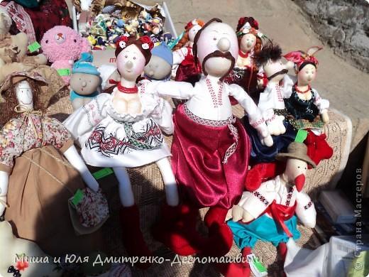 Тбилисобо - это неделя в октябре месяце, посвященная дню города Тбилиси. Вчера и мы побывали там, где его проводят. Детские аттракционы, катание на лошадях,шашлыки, концерт под открытым небом, выставка-продажа, море туристов. Все это - Тбилисобо. Первую часть фоторепортажа я посвящаю позитивчикам из праздника ))) Вот, например такие простенькие игрушки. Но отметьте - каждая с национальным орнаментом! фото 8