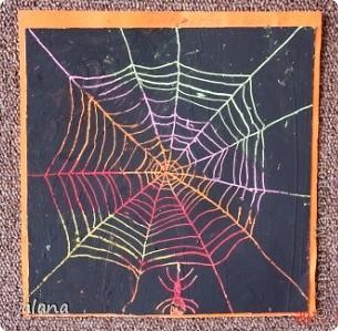 Восковыми мелками осенних цветов покрыли рисовальный лист, предварительно вырезав квадрат 20 на 20 смВсе это покрыли черной гуашью. фото 1
