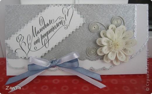 Доброго всем времени суток! В этот раз я к вам со свадебным трио. У одной моей коллеги выходит замуж дочка, все это предназначается ей. Коробочка - для памятной серебряной монеты с тематикой свадьбы, открытка и так понятно для чего и конверт - для крупной суммы денежного подарка.  Это конверт. фото 6