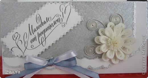 Доброго всем времени суток! В этот раз я к вам со свадебным трио. У одной моей коллеги выходит замуж дочка, все это предназначается ей. Коробочка - для памятной серебряной монеты с тематикой свадьбы, открытка и так понятно для чего и конверт - для крупной суммы денежного подарка.  Это конверт. фото 1