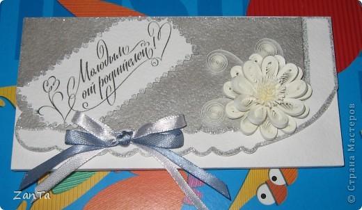 Доброго всем времени суток! В этот раз я к вам со свадебным трио. У одной моей коллеги выходит замуж дочка, все это предназначается ей. Коробочка - для памятной серебряной монеты с тематикой свадьбы, открытка и так понятно для чего и конверт - для крупной суммы денежного подарка.  Это конверт. фото 7