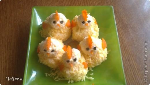 """Что приготовить для детского дня рождения? Вечный вопрос всех мам. Доставить ребенку незабываемые воспоминания в такой день можно и с помощью праздничного стола.  """"Симпотяшки цыплятки"""" - салат сырный: тертый твердый сыр, яйца, чеснок и майонез.     фото 1"""
