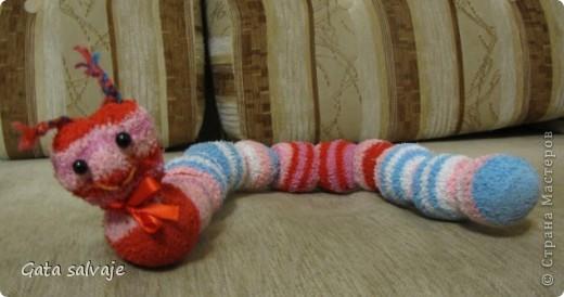 Насмотрелась на милые и шкодные носочные игрушки, нашла в закромах махровые носочки, из которых мы уже выросли, и быстренько сшила вот такую гусеничку.  фото 2