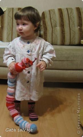 Насмотрелась на милые и шкодные носочные игрушки, нашла в закромах махровые носочки, из которых мы уже выросли, и быстренько сшила вот такую гусеничку.  фото 4