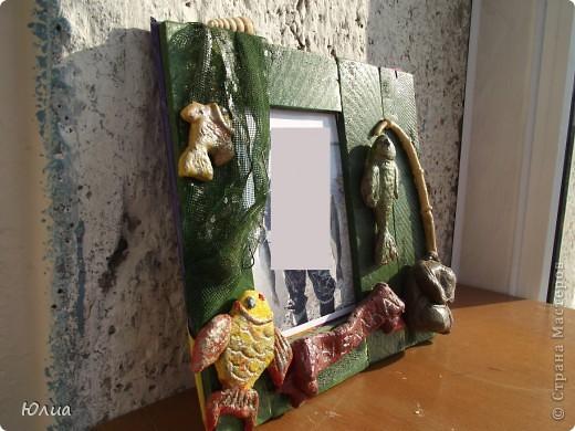 """Изготовила для мужа подарок. Рамку для фотографии, тематическую """"Рабалка"""".  Распилила досточки нужной длины, приклеела их к основе. Покрасила. Из соленого теста изготовила детальки( рыбки, удочки, рюкзак, надпись). Все высушила, покрасила. Наклеела на рамку и покрыла лаком.  А потом подарила.... К сожалению, мужа такой подарок не очень-то порадовал. Сказал, прикольно, но ... фото 2"""