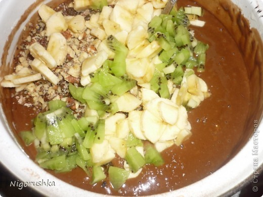 Постная медовая коврижка с сайта russianfood.com от Юляшки-вкусняшки Продукты:  1 стакан сахарного песка (можно 0,5 стакана), 3 ст. л. меда, 1 стакан воды, 0,5 стакана растительного масла рафинированного, 2 ст. л. какао (или кофе),  1 ч. л. соды, пряности измельченные (гвоздика, корица, кориандр),  0,5 стакана изюма, 0,5 стакана грецких орехов (можно больше), 1,5-2 стакана  муки  фото 6