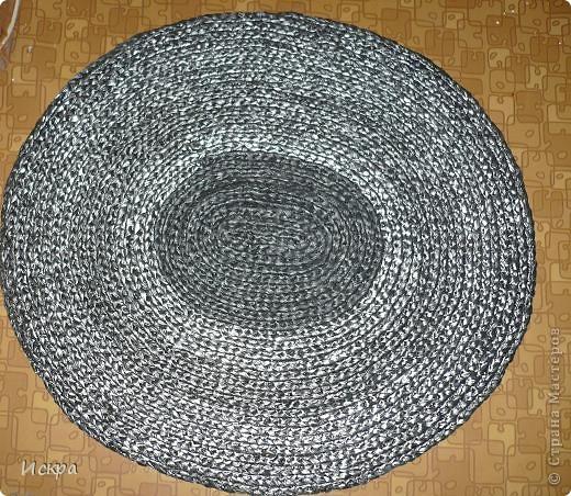 Получился вот такой вот коврик в коридор на пол, материал - мешки для мусора в рулончике. Полоса режется пополам, затем вяжем косичку крючком и сшиваем до нужной величины коврика. На снимке изнаночная сторона. фото 3