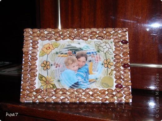 Детям понадобился подарок на 8 марта для бабушки.  Взяли  обложку от ежедневника вырезали по форме фотографии.  сверху еще слой картона склеили, но оставили с одной стороны место для вкладывания фото. Клеем Момент обмазыали и приклеивали горох. по краям те горошины которые не приклеивались покапали клеем супер момент или Секунда. Далее побрызгали лаком для волос и посыпали блестяшками для ногтей золотистыми. Еще раз лаком для волос и все  подарок готов. фото 2