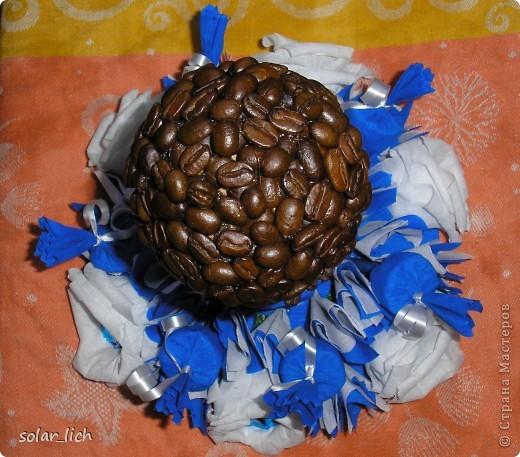 Решила сделать оригинальный подарок на день рождения. Это мое второе кофейное дерево и я дополнила его конфетами. И вот что получилось. фото 2