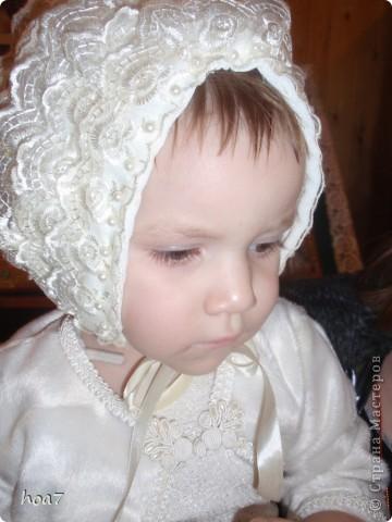 Кружевная синтепоновая шапочка. Выкроила шапку. Хотела как положено, но в итоге получилось на глаз. Приложила синтепон прошила по периметру и середине как одеяло. для подклада взяла теплую пеленку. Далее пришила  кружева и вставила атласную ленту. Для того чтобы шва не было видно пришила бусины. фото 6
