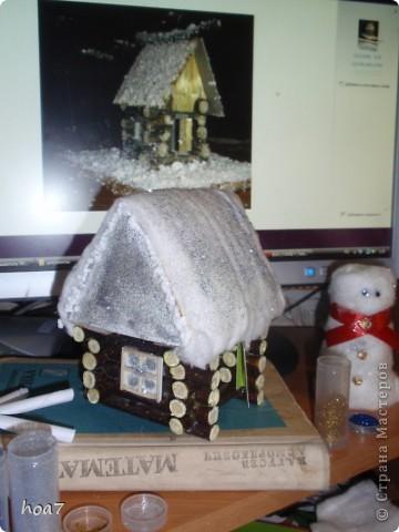 Идею брали из интернета, только немного усложнили. Из кленовых веток сделали сруб дома как положено выпиливали и складывали.  из картона сделали крышу и окно, на котором лаком и блестками сделалаи изморозь. Положили снег на крышу из ваты , побоызгали лаком для волос+ блестки для ногтей. Поделка готова фото 1