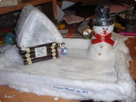 Идею брали из интернета, только немного усложнили. Из кленовых веток сделали сруб дома как положено выпиливали и складывали.  из картона сделали крышу и окно, на котором лаком и блестками сделалаи изморозь. Положили снег на крышу из ваты , побоызгали лаком для волос+ блестки для ногтей. Поделка готова фото 2