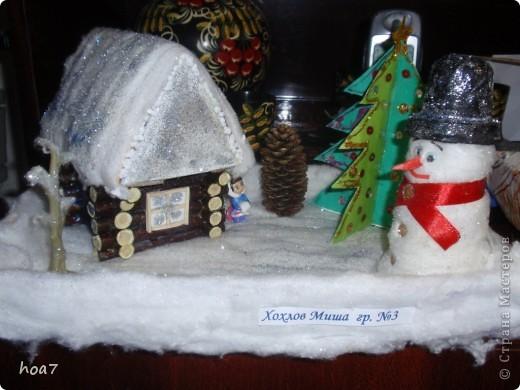 Идею брали из интернета, только немного усложнили. Из кленовых веток сделали сруб дома как положено выпиливали и складывали.  из картона сделали крышу и окно, на котором лаком и блестками сделалаи изморозь. Положили снег на крышу из ваты , побоызгали лаком для волос+ блестки для ногтей. Поделка готова фото 3
