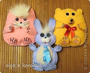 Эти плосские игрушки сшиты из хозяйственных салфеток: они не сыпятся и очень яркие. Можно использовать их как игольницы. фото 1