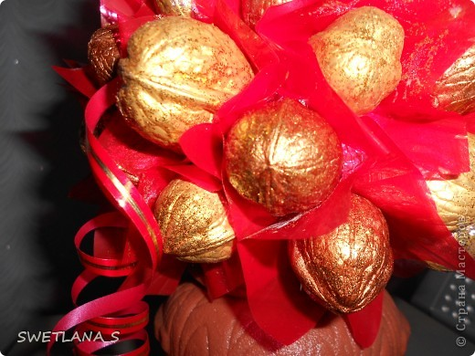 Очень красивенько смотрится, орешки золотые двух оттенков, посыпаны блёстками, блестят....... только на фотках засвечивается и не передаётся вся красота, жаль...  фото 3