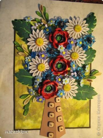 Здравствуй, Страна!  Эту картину я делала в подарок на день рождения моей подруге! Хотелось чего-то яркого, но не очень помпезного; в результате остановилась на ромашках с маками, ну а попутно к ним прибавились васильки, незабудки и еще кой-чего по-мелочи. фото 1