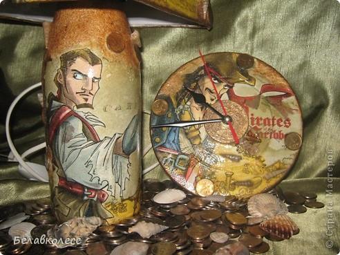 Настольная лампа и часы в спальню сына.Сделала из бутылки.Сверлила в мастерской. фото 4