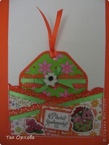 Добрый день всем!У дочкиной крестницы сегодня День Рождения!Девочку зовут Иринка.Иринка у нас необыкновенная.Любит петь и танцевать.Учавствует во всех садиковских праздниках и даже в телепередаче  на местном телевидении.Одним словом-звезда.И открытка для нее получилась вот такая яркая. фото 4