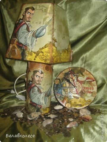 Настольная лампа и часы в спальню сына.Сделала из бутылки.Сверлила в мастерской. фото 1