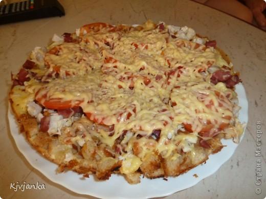 Пиццу нашла вот по этой ссылочке. http://stranamasterov.ru/node/252515?c=favorite. Кубиками режим хлеб и обжариваем немного на слив. масле. В миске смешиваем 2 яйца+2 ст.л. майонеза+3 ст.л. молока+щепотка соли=выливаем на обжаренный хлеб и под крышку, на 1-2 мин. Огонь средний. Открываем крышку наливаем немного кетчупа, размазываем. Берем колбасу или отварное куриное филе режим мелко и выкладываем  на кетчуп, затем тонко нарезанные помидорки и сыр. Закрываем крышку и до расплавления сыра готовим пиццу. Приятного аппетита!!! Если у вас семья из 4 человек)))) готовьте сразу двойную порцию    мне достались только крошки