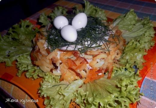 """Салат """"Гнездо глухаря"""" курица - 300 г, ветчина - 100 г, маринованные шампиньоны -1 банка яйца - 3 шт, картофель - 3-4 шт,  огурец-1-2 шт, майонез, листья салата . все порезать соломкой или кубиками, выложить в тарелку в виде гнезда. картофель тонко порезать,обжарить до золотистого цвета и выложить на салат. яйца я ложила перепелиные ,а можно их сделать из сыра с чесноком. фото 1"""