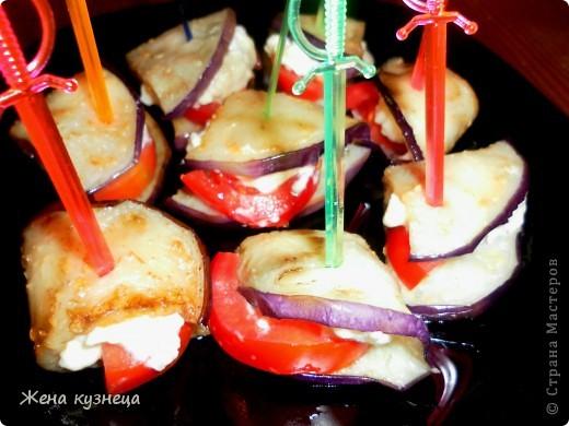 """Салат """"Гнездо глухаря"""" курица - 300 г, ветчина - 100 г, маринованные шампиньоны -1 банка яйца - 3 шт, картофель - 3-4 шт,  огурец-1-2 шт, майонез, листья салата . все порезать соломкой или кубиками, выложить в тарелку в виде гнезда. картофель тонко порезать,обжарить до золотистого цвета и выложить на салат. яйца я ложила перепелиные ,а можно их сделать из сыра с чесноком. фото 6"""