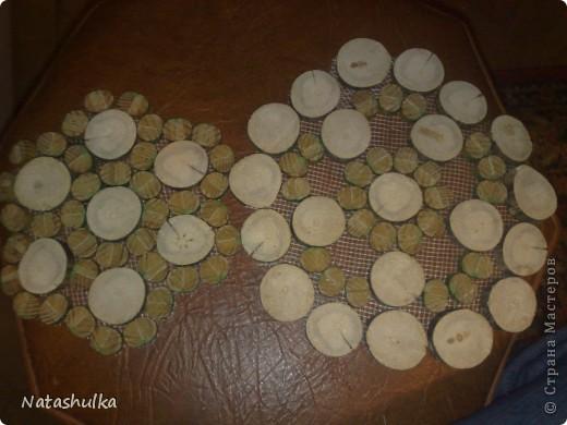 Вот такие вот подставочки - салфеточки я смастерячила себе на кухню из найденной на улице ветки и старой-старой, разломанной деревянной змейки. фото 1