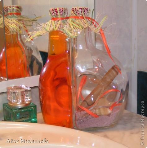 """Люблю красивые баночки, бутылочки. Одно время много их расписывала. Да только они не прижились у меня дома. Как-то не вписались. Хорошо когда предметы вживаются и чувствуют себя органично в интерьере. Может эти """"стекляшки"""" окажутся на своем месте? Бутылка от ликера. Даже можно сказать, что две бутылочки ( в них ликер двух цветов). Я не большой знаток, но кто видел, поймет. Одна часть заполнена жидким мылом.  В другой морская соль, несколько мелких ракушек (я бы крупную поселила, да горлышко маленькое) и свиток из крафт-бумаги, края  которой предварительно обожгла. Чтобы пробки не были видны, накрыла сеткой и перевязала лентой в цвет жидкого мыла. Кстати, внутри тоже оранжевая ленточка. фото 1"""