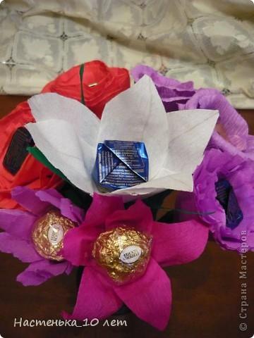 Мама предложила мне в этом году сделать учителям сладкие подарки, но не просто, а своими руками. Мне эта идея очень понравилась. И вот ,что у нас получилось. У нас, потому что мама мне помогала и братик тоже.  Это наш первый букет. Его я подарила педагогу по бальным танцам. фото 11