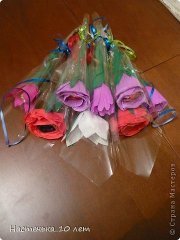 Мама предложила мне в этом году сделать учителям сладкие подарки, но не просто, а своими руками. Мне эта идея очень понравилась. И вот ,что у нас получилось. У нас, потому что мама мне помогала и братик тоже.  Это наш первый букет. Его я подарила педагогу по бальным танцам. фото 15