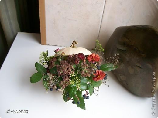 Кашпо из тыквы(шкатулка с драгоценностями)осенние последние цветы и травы....вид с боку фото 2