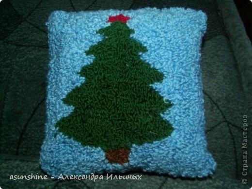 Дорогие рукодельницы! - Давайте сделаем новогоднюю подушку. В новогодние праздники она станет красивым праздничным предметом  интерьера.  - Я покажу краткий мастер-класс по ковровой вышивке. Полный  мастер-класс нетканого гобелена (ковровая техника)  вы можете посмотреть в  работах, которые я делала записанные в моем боге - Итак, приступим. Для этого нам понадобится нитки мулине красного, коричнево, зелёного, жёлтого, песочного, серого, хлопчатобумажные нитки пряжи, ткань бортовка, пяльцы и игла для ковровой техники.  фото 9