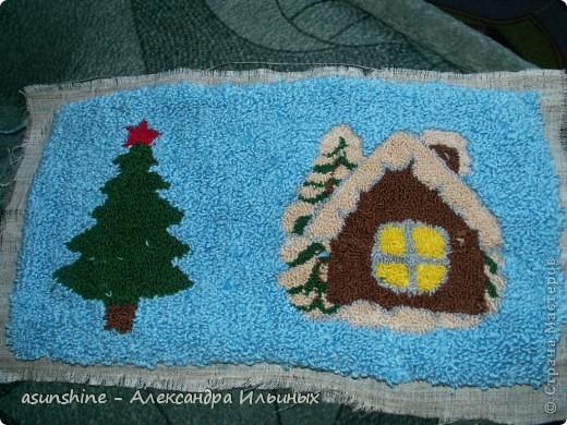 Дорогие рукодельницы! - Давайте сделаем новогоднюю подушку. В новогодние праздники она станет красивым праздничным предметом  интерьера.  - Я покажу краткий мастер-класс по ковровой вышивке. Полный  мастер-класс нетканого гобелена (ковровая техника)  вы можете посмотреть в  работах, которые я делала записанные в моем боге - Итак, приступим. Для этого нам понадобится нитки мулине красного, коричнево, зелёного, жёлтого, песочного, серого, хлопчатобумажные нитки пряжи, ткань бортовка, пяльцы и игла для ковровой техники.  фото 2