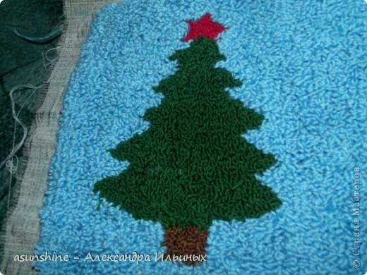 Дорогие рукодельницы! - Давайте сделаем новогоднюю подушку. В новогодние праздники она станет красивым праздничным предметом  интерьера.  - Я покажу краткий мастер-класс по ковровой вышивке. Полный  мастер-класс нетканого гобелена (ковровая техника)  вы можете посмотреть в  работах, которые я делала записанные в моем боге - Итак, приступим. Для этого нам понадобится нитки мулине красного, коричнево, зелёного, жёлтого, песочного, серого, хлопчатобумажные нитки пряжи, ткань бортовка, пяльцы и игла для ковровой техники.  фото 3