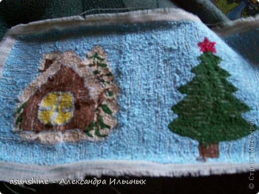 Дорогие рукодельницы! - Давайте сделаем новогоднюю подушку. В новогодние праздники она станет красивым праздничным предметом  интерьера.  - Я покажу краткий мастер-класс по ковровой вышивке. Полный  мастер-класс нетканого гобелена (ковровая техника)  вы можете посмотреть в  работах, которые я делала записанные в моем боге - Итак, приступим. Для этого нам понадобится нитки мулине красного, коричнево, зелёного, жёлтого, песочного, серого, хлопчатобумажные нитки пряжи, ткань бортовка, пяльцы и игла для ковровой техники.  фото 5