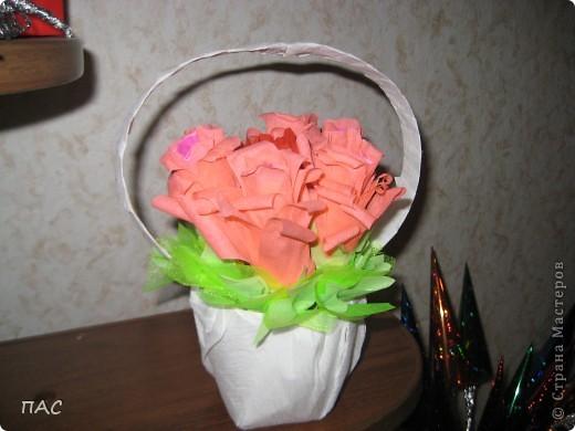 Дополнение к подарку девочке на 6 лет. 7 конфетных розочек. В выходные сын пойдет поздравлять. Здесь использовалась не флористическая гофрированная бумага, а обычная для детского творчества. фото 1