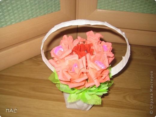 Дополнение к подарку девочке на 6 лет. 7 конфетных розочек. В выходные сын пойдет поздравлять. Здесь использовалась не флористическая гофрированная бумага, а обычная для детского творчества. фото 2