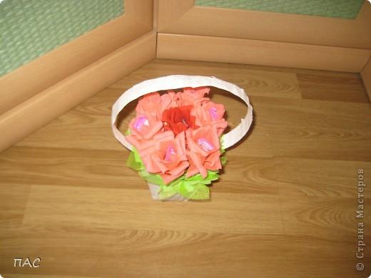 Дополнение к подарку девочке на 6 лет. 7 конфетных розочек. В выходные сын пойдет поздравлять. Здесь использовалась не флористическая гофрированная бумага, а обычная для детского творчества. фото 3