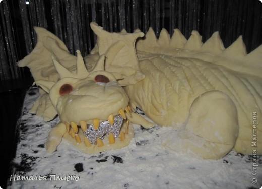 Скоро Новый год, и я решила поэкспериментировать на кухне, чтобы быть готовой к празднику...  Мой Егорка очень любит драконов, поэтому возникла идея испечь пирог с начинкой в виде талисмана наступающего года...  фото 12