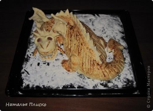 Скоро Новый год, и я решила поэкспериментировать на кухне, чтобы быть готовой к празднику...  Мой Егорка очень любит драконов, поэтому возникла идея испечь пирог с начинкой в виде талисмана наступающего года...  фото 13